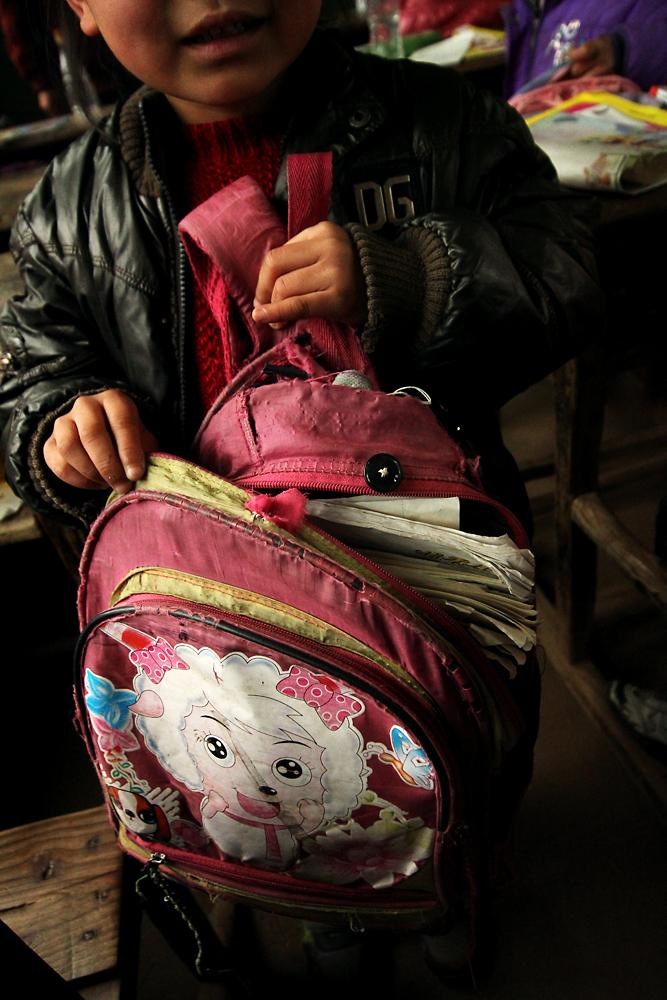 好多孩子的书包都非常的破旧了
